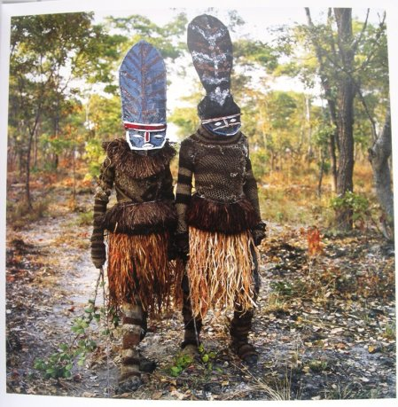 Maske Phyllis Galembo -Kambulo and Kapada (they start the dance) -Makishi Masquerade, Kaoma,Zambia 2007
